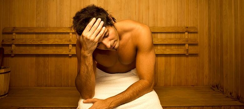 Mann beim Schwitzen in der Sauna